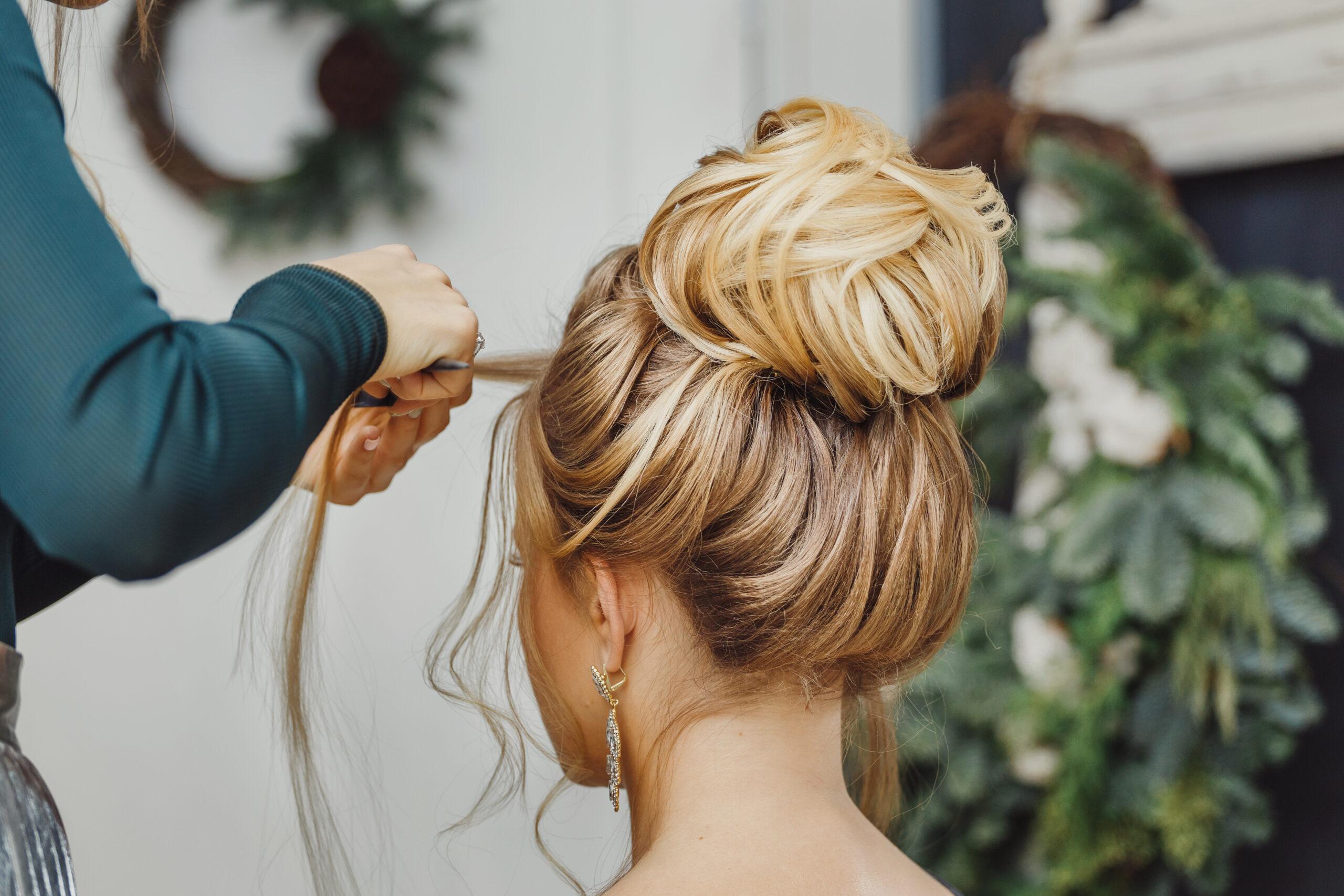 fryzura na wesele wysoki kok i luźne pasma