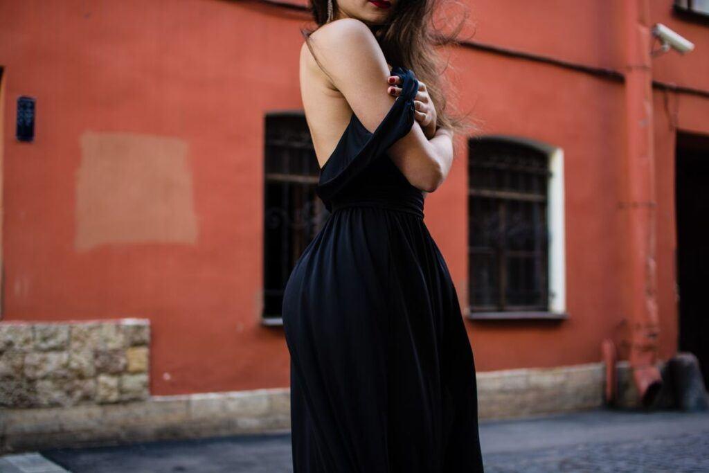 Czarna sukienka na wesele – modny wybór czy niewybaczalne faux pas?