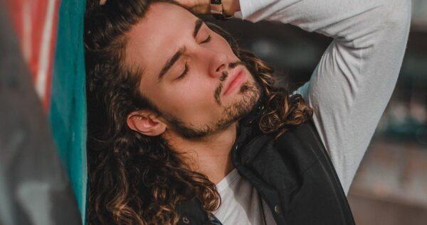 Fryzury męskie na długie włosy – stylowe propozycje!