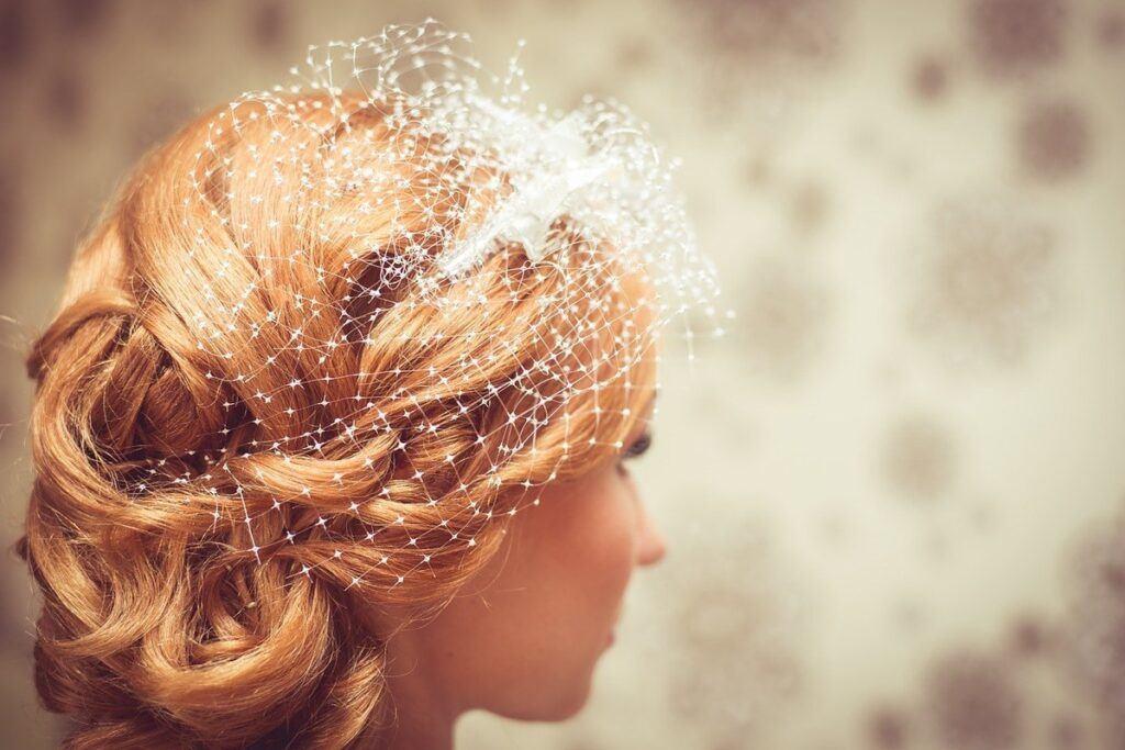 Woalka ślubna – intrygująca alternatywa dla welonu, ale czy dla każdej panny młodej?