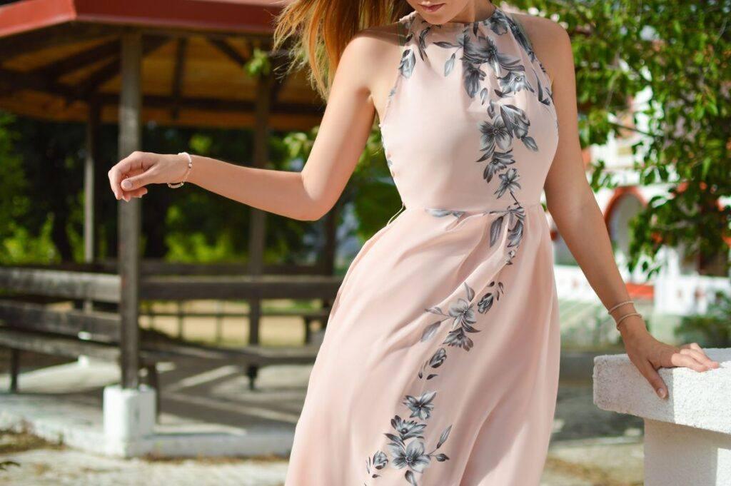 Różowa sukienka na wesele – sprawdź najlepszą długość, materiał i dodatki!