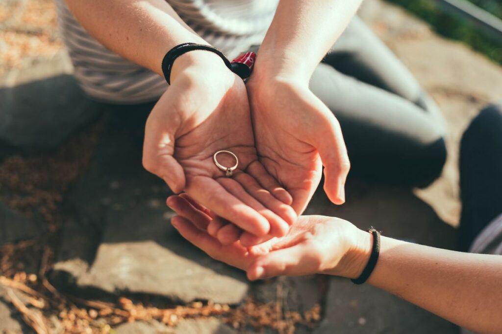 Zaręczyny - pierścionek na dłoni
