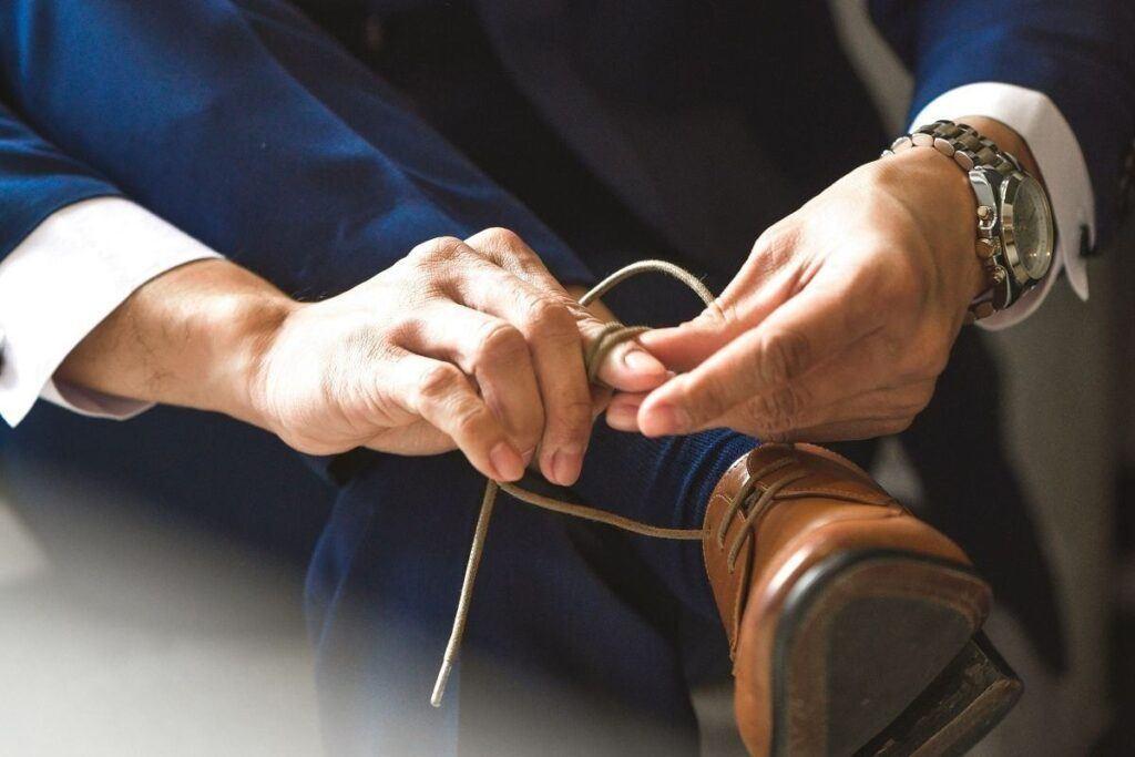 Jakie buty do granatowego garnituru pasują najlepiej?