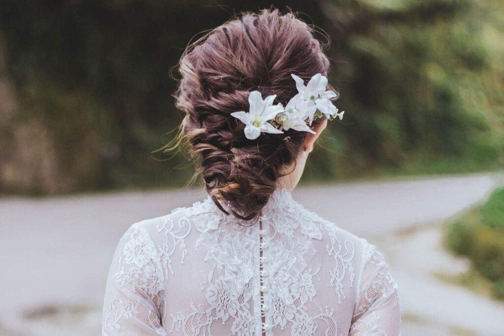 Kwiaty do włosów zamiast welonu