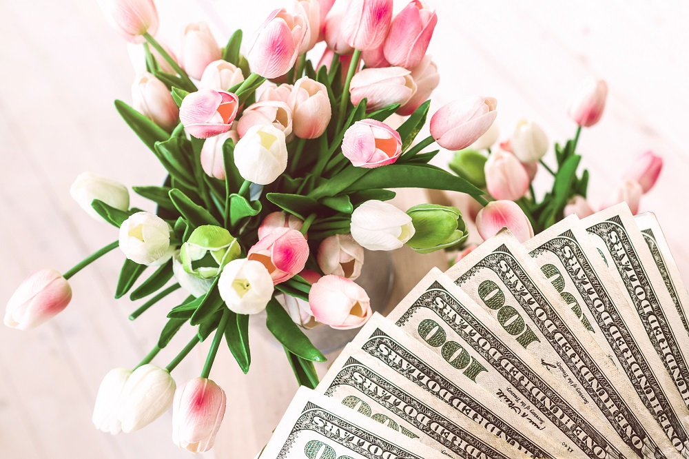 Jak zapakować pieniądze na prezent. Bukiet tulipanów wraz dolarami.