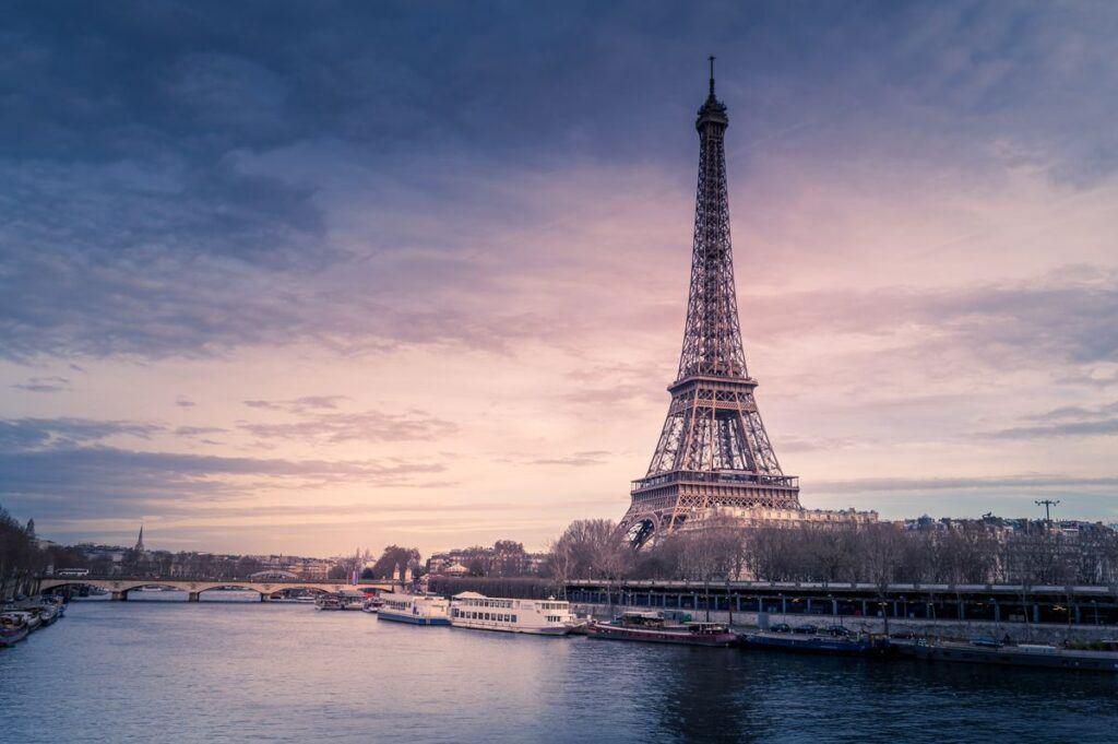 Jakie atrakcje warto zobaczyć w Paryżu? Te miejsca są idealne na romantyczne zaręczyny i podróż poślubną!