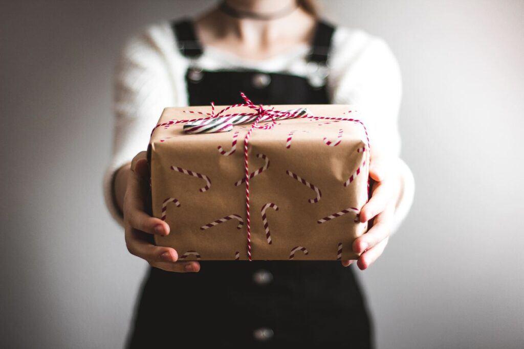 Podarunek zapakowany w papier świąteczny