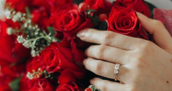 Czy kwiaty na zaręczyny to obowiązkowy element? Sprawdź, jaki bukiet na zaręczyny będzie najlepszy.