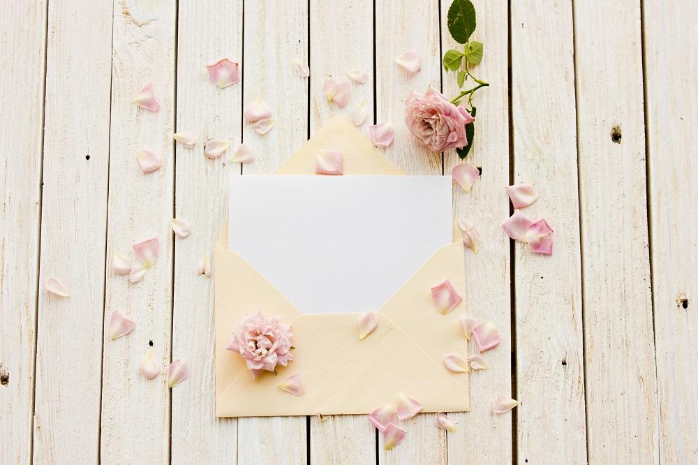 Jak zapakować pieniądze na prezent. Beżowa koperta w płatkach róż.