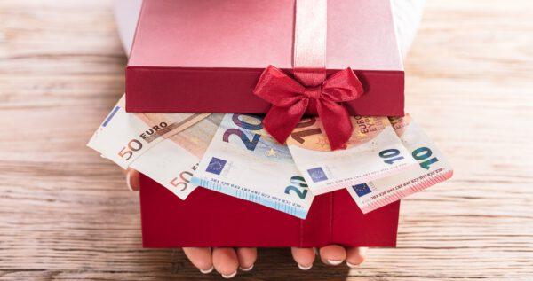 Jak zapakować pieniądze na prezent? Trudna materia wręczania podarunków!