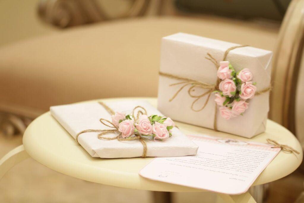 Prezent na ślub z różyczkami