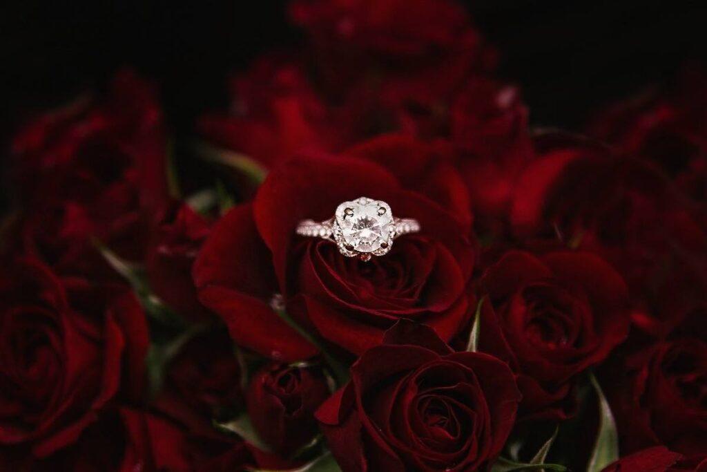 zaręczyny w walentynki z pięknym brylantowym pierścionkiem i różami
