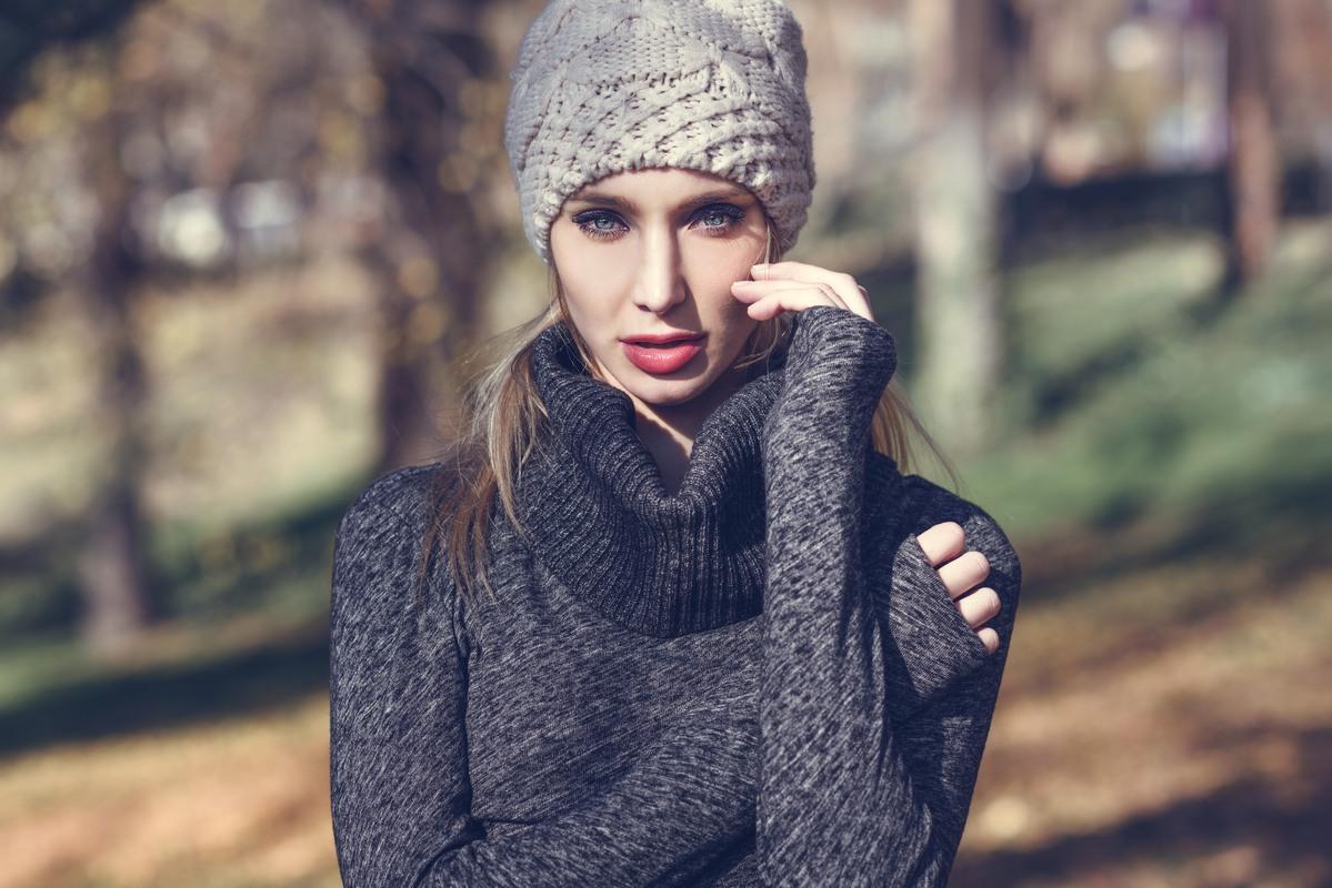 Kobie w czapce na głowie ze względu na bad hair day