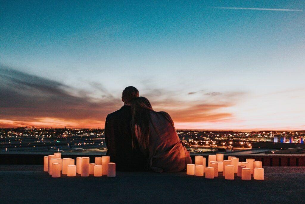 nietypowe zaręczyny na dachu budynku ze świecami i pięknym widokiem nocą