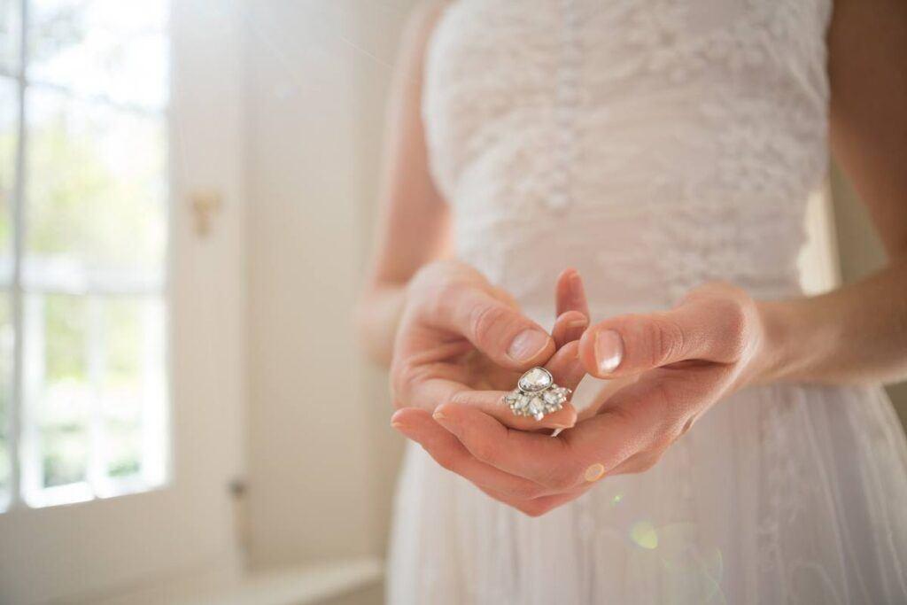 Panna młoda pokazuje swoje klipsy ślubne