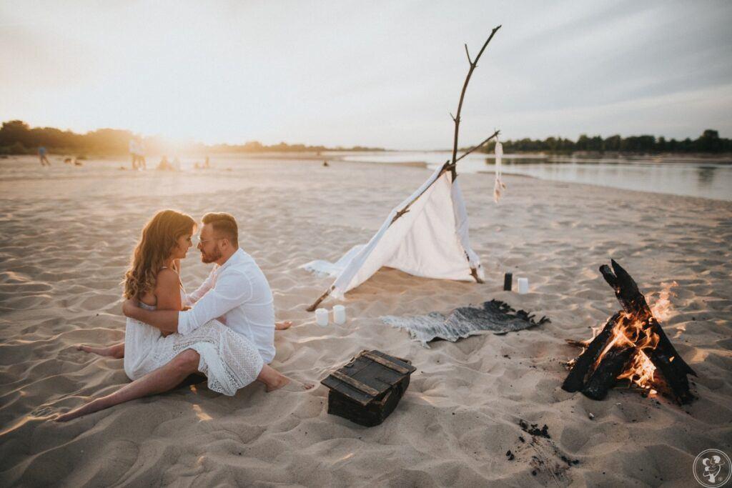 romantyczna sesja narzeczeńska na plaży w pięknej scenerii przy ognisku