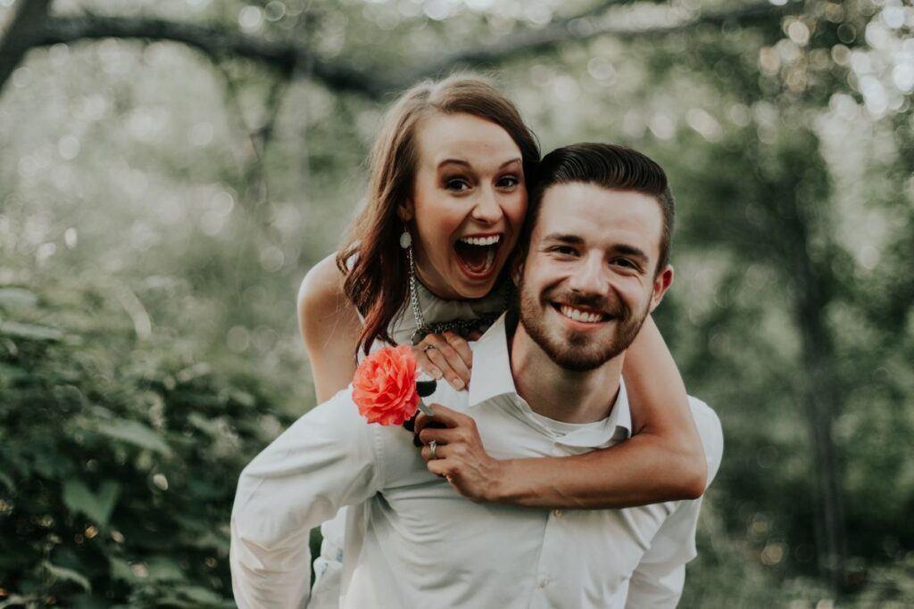 Uśmiechnięta i dopasowana zakochana para