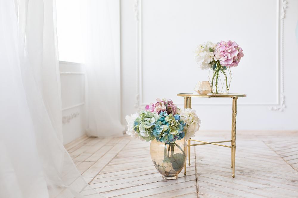 Dekoracje domu na wesele - kwiaty w wazonie
