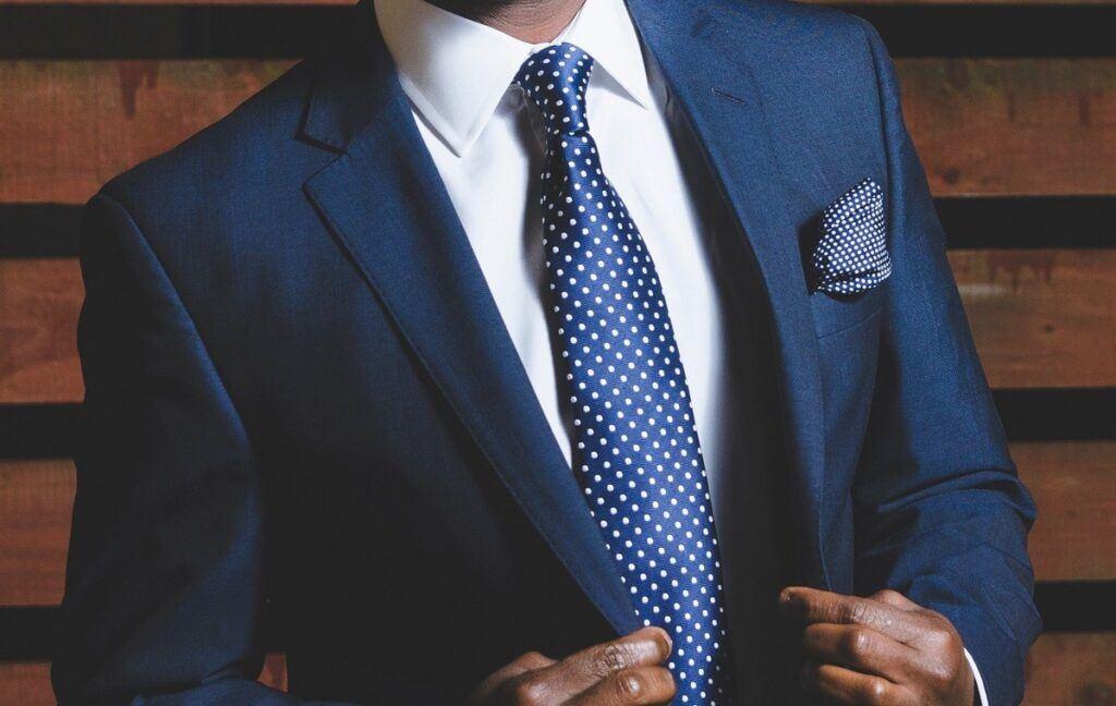 Jaki krawat do granatowego garnituru jest idealny? Oto kolory, wzory i fasony, które nie zawodzą