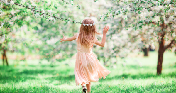 Jak ubrać dziecko na wesele, aby wyglądało stylowo, a jednocześnie mogło swobodnie się bawić?