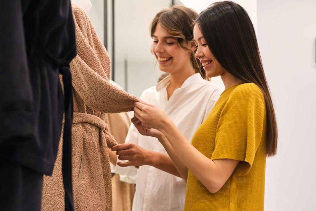 kobiety na zakupach w poszukiwaniu sukienki pudełkowej