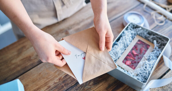 Zdrapki na wesele jako prezent zamiast kwiatów? Sprawdź, jak je zapakować z pomysłem!