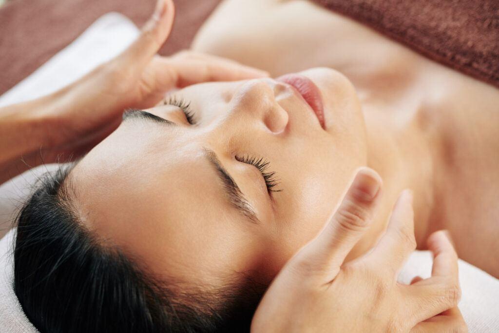 Masaż twarzy – zafunduj relaks swojej skórze!