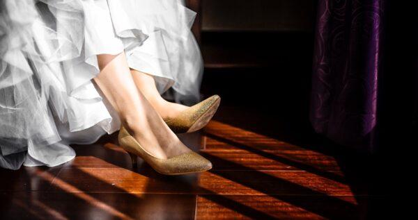 Złote buty ślubne - eleganckie uzupełnienie weselnej stylizacji