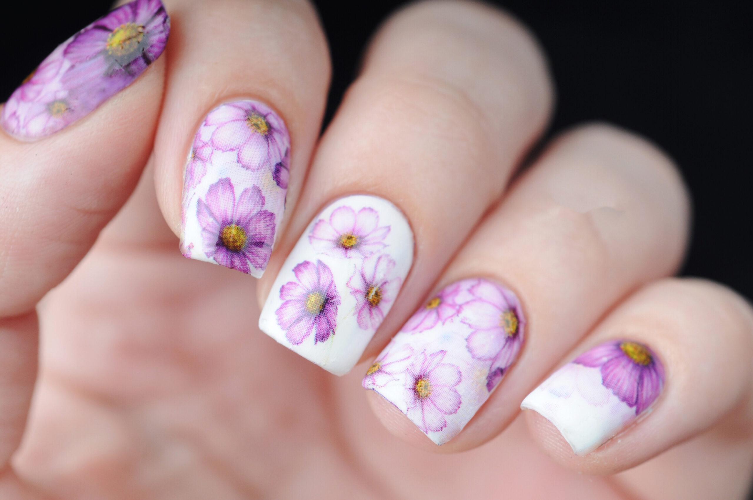 białe paznokcie ślubne w kwiatowe wzory