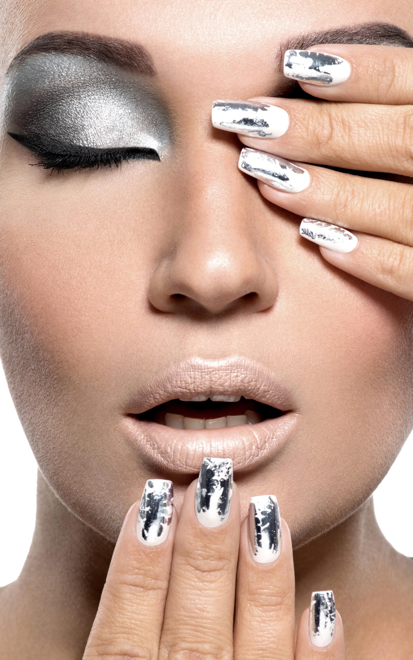 srebrne paznokcie ślubne z efektem lustra