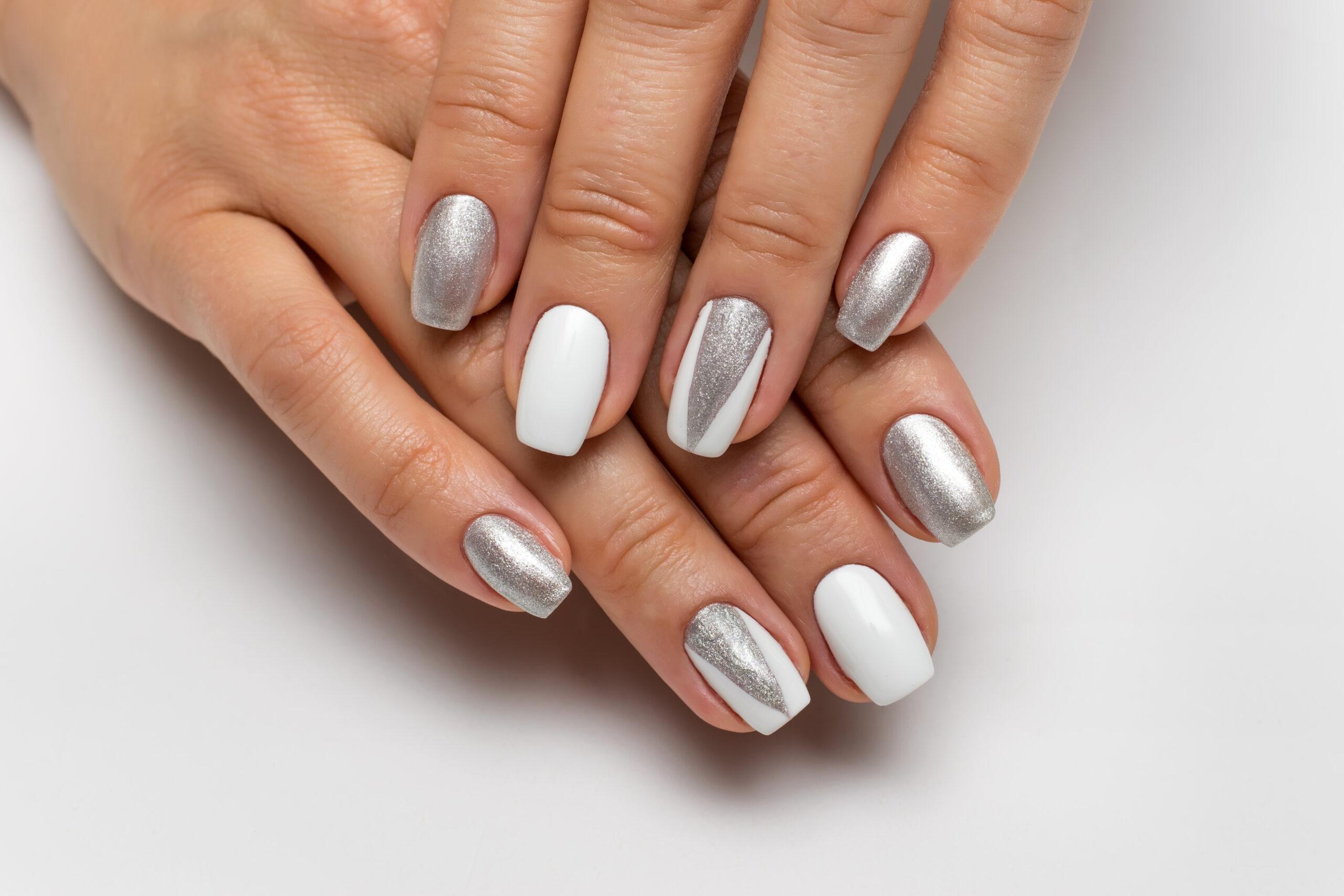paznokcie ślubne w kolorze bieli i srebra