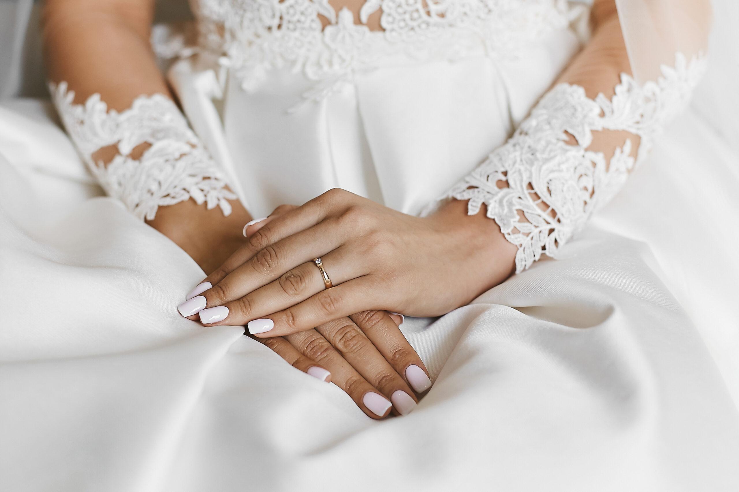 subtelne paznokcie ślubne w białym kolorze