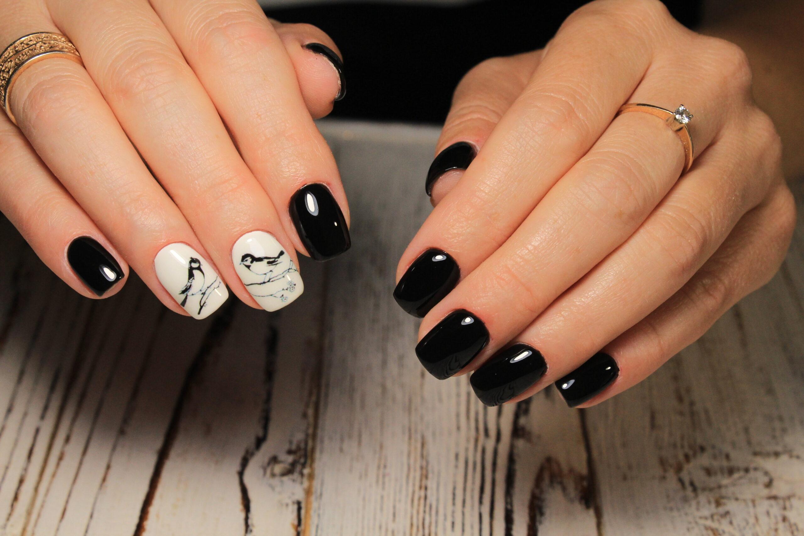 czarne paznokcie na ślub z efektem marmuru