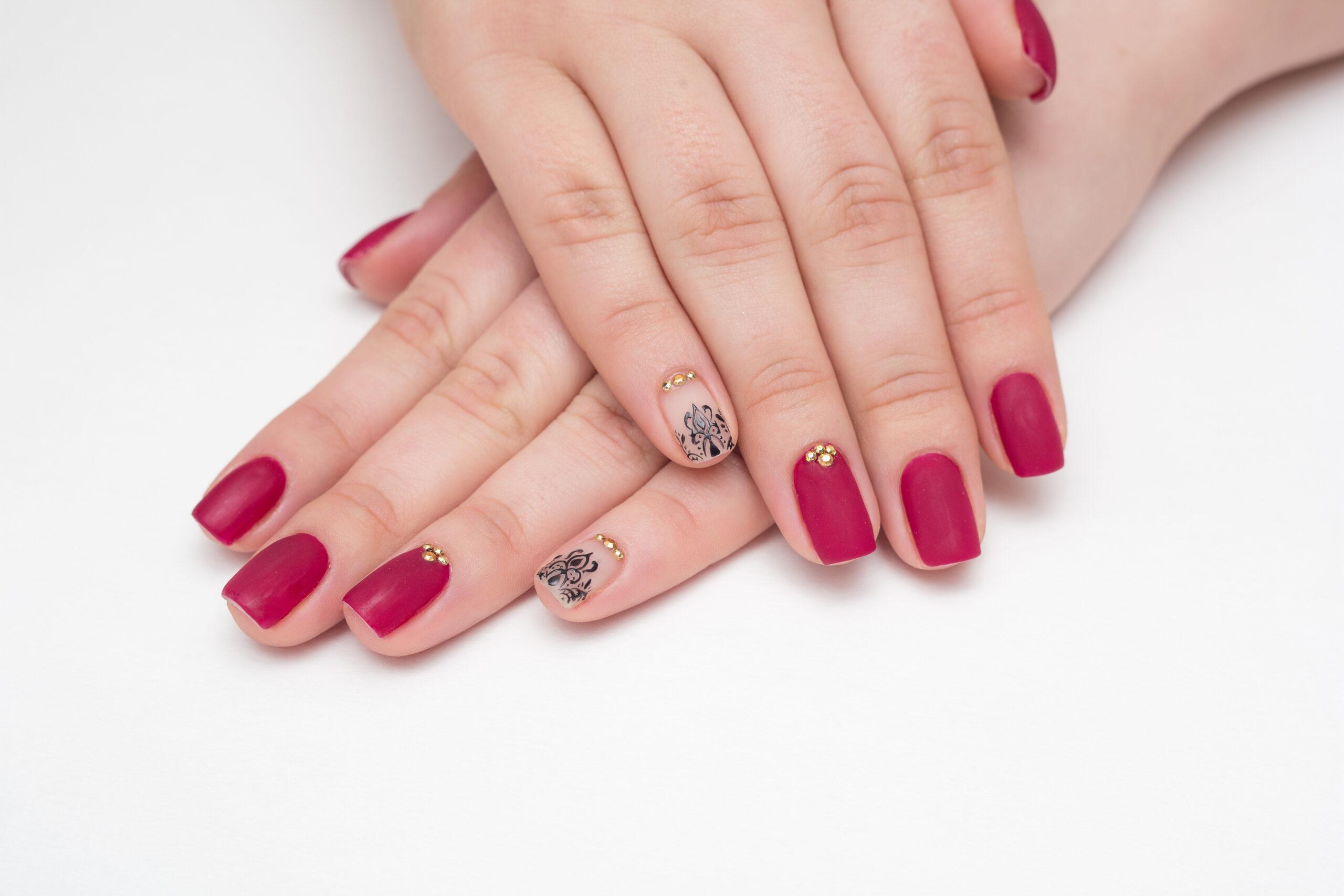 czerwone matowe paznokcie ślubne