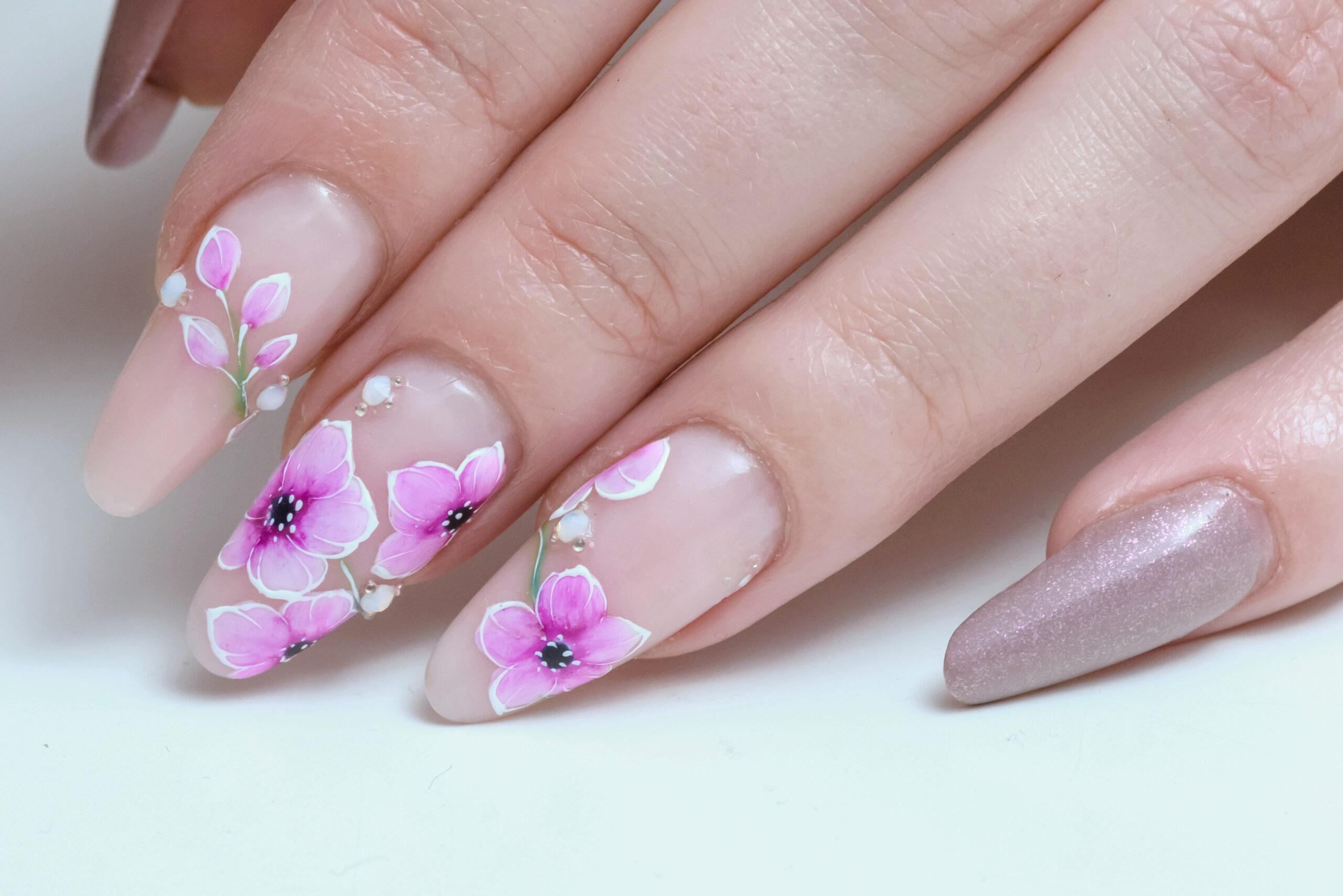 delikatne ślubne paznokcie w kwiatowy wzór