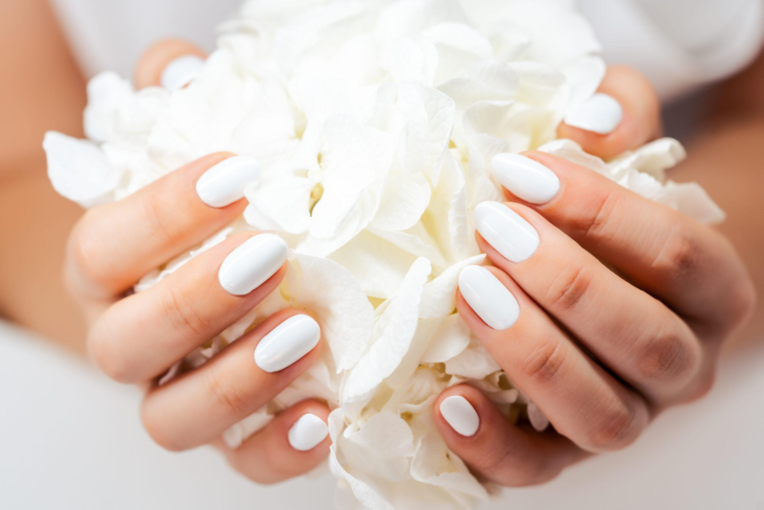 białe klasyczne paznokcie na ślub
