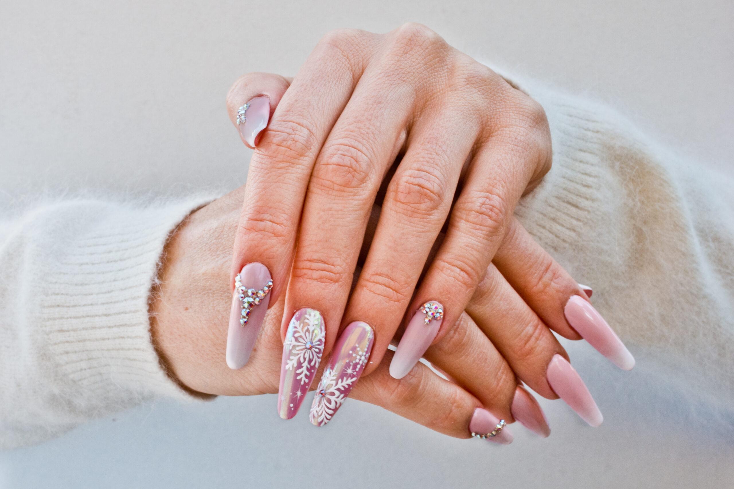 różowy manicure ślubny w świąteczne wzory