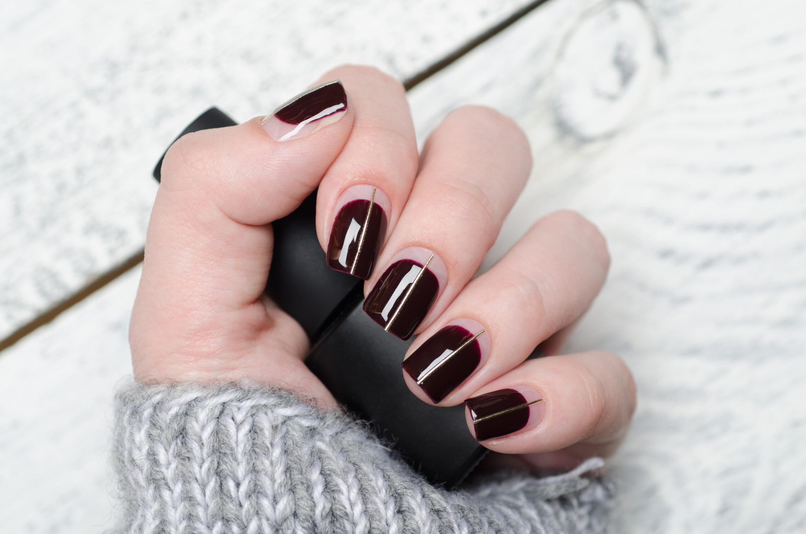 Burgundowe paznokcie ślubne efekt negatywu