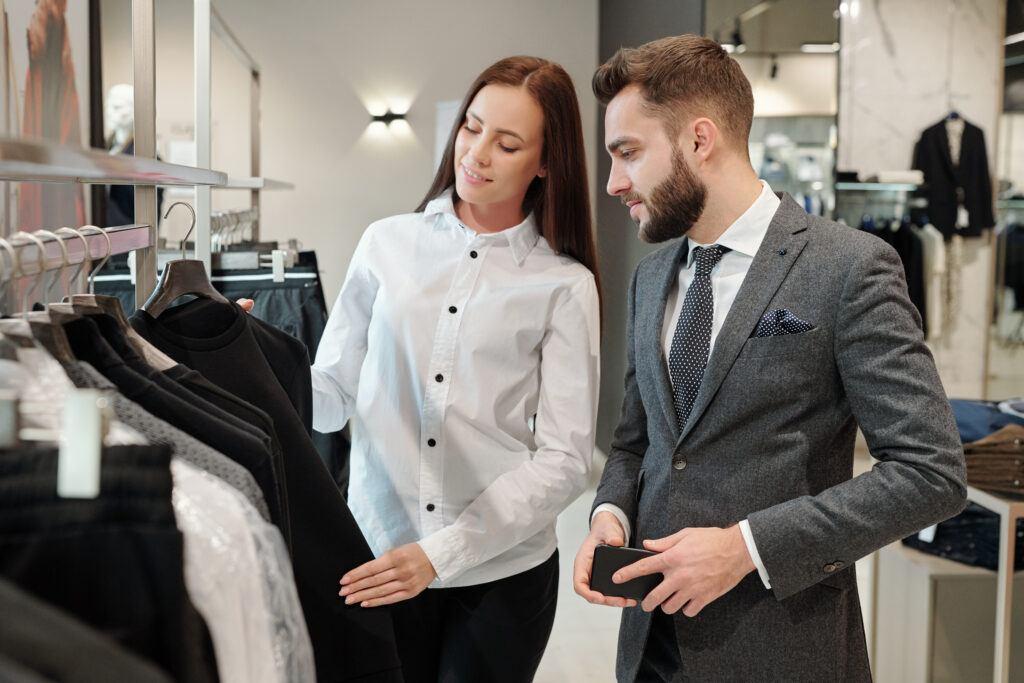 Konsultant pomagający wybrać idealne ubranie do sylwetki w sklepie odzieżowym