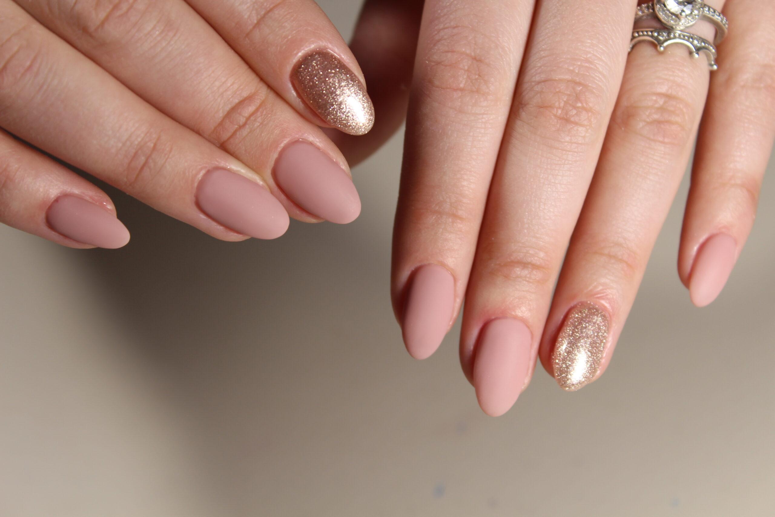 paznokcie ślubne nude ze złotem