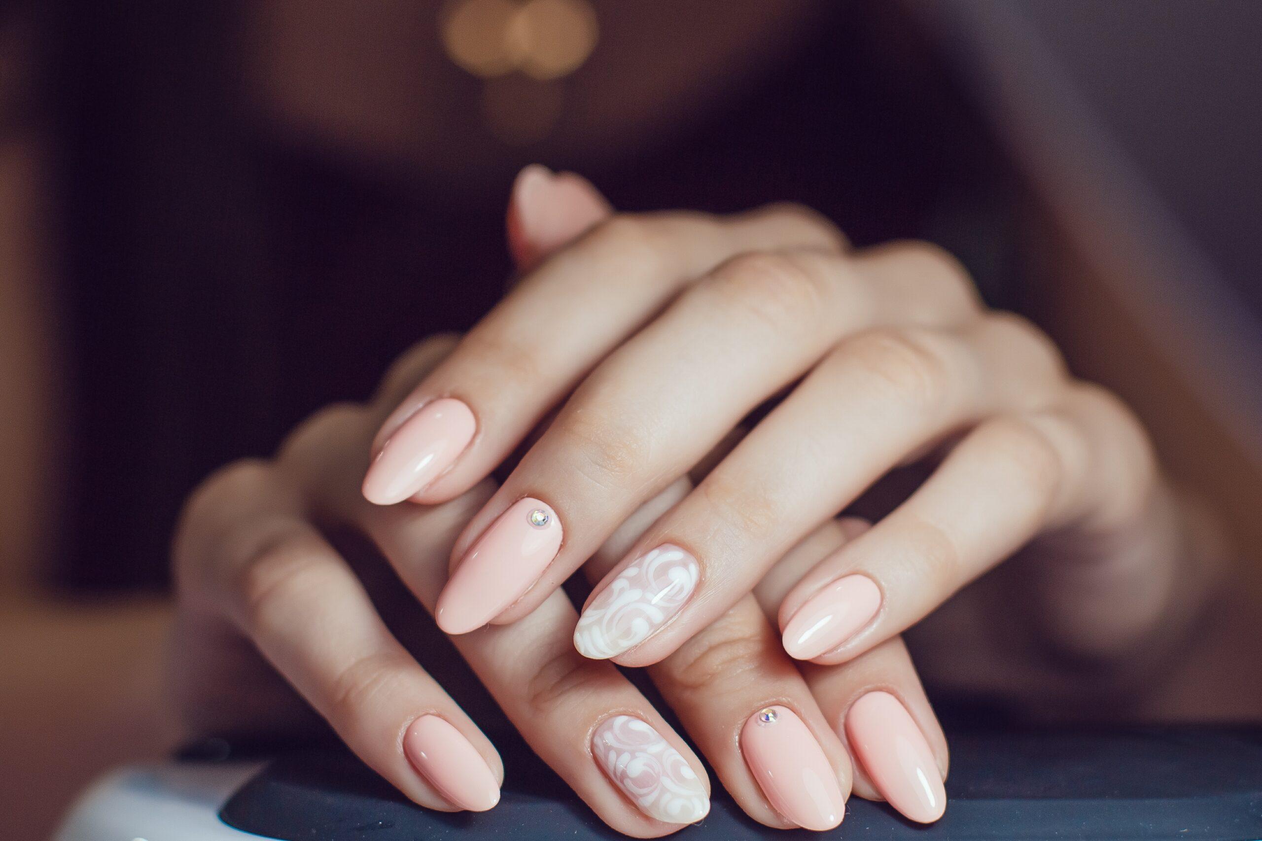 Łososiowe paznokcie ślubne z cyrkoniami