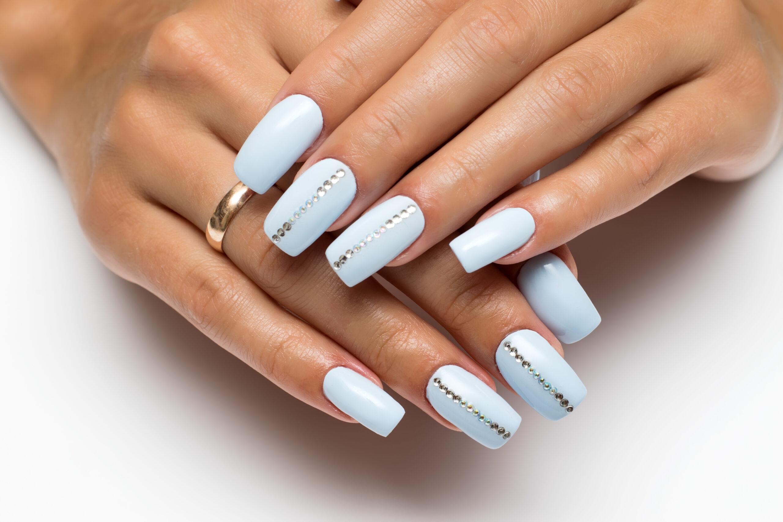 błękitne paznokcie na ślub z cyrkoniami