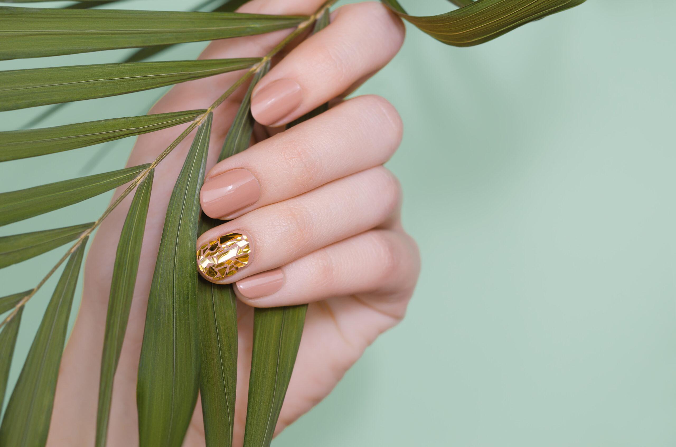 paznokcie ślubne nude z dodatkiem złota