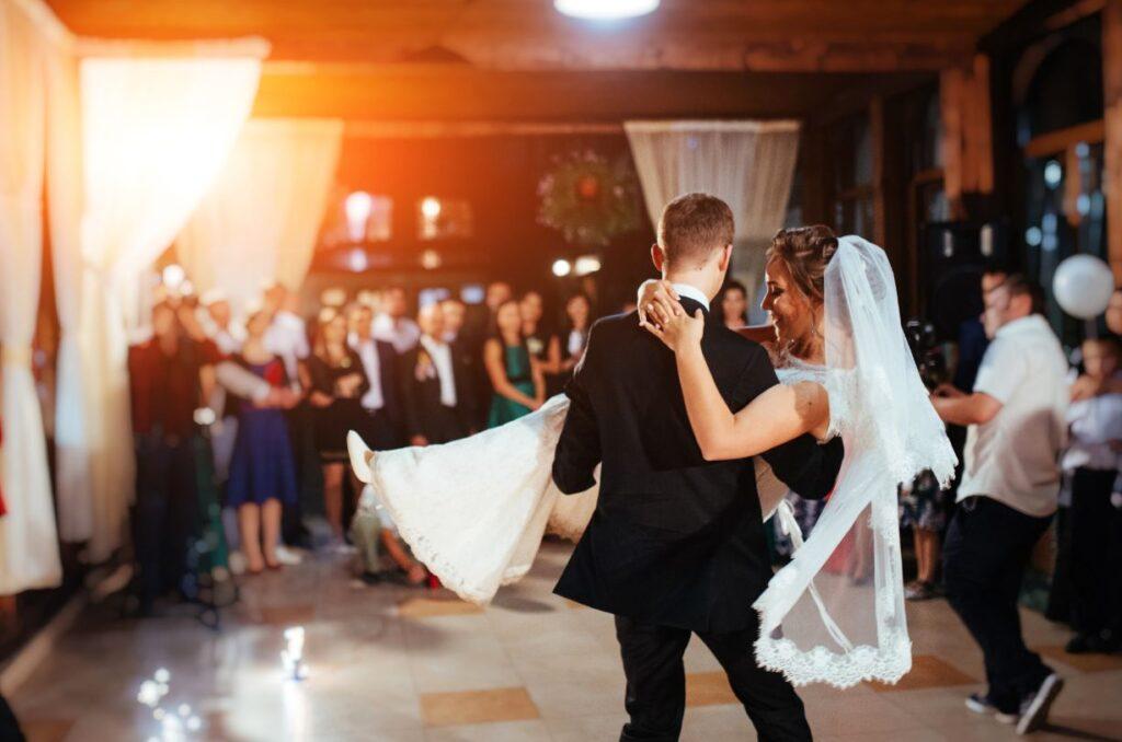 Regionalne zwyczaje weselne przenoszenie przez próg