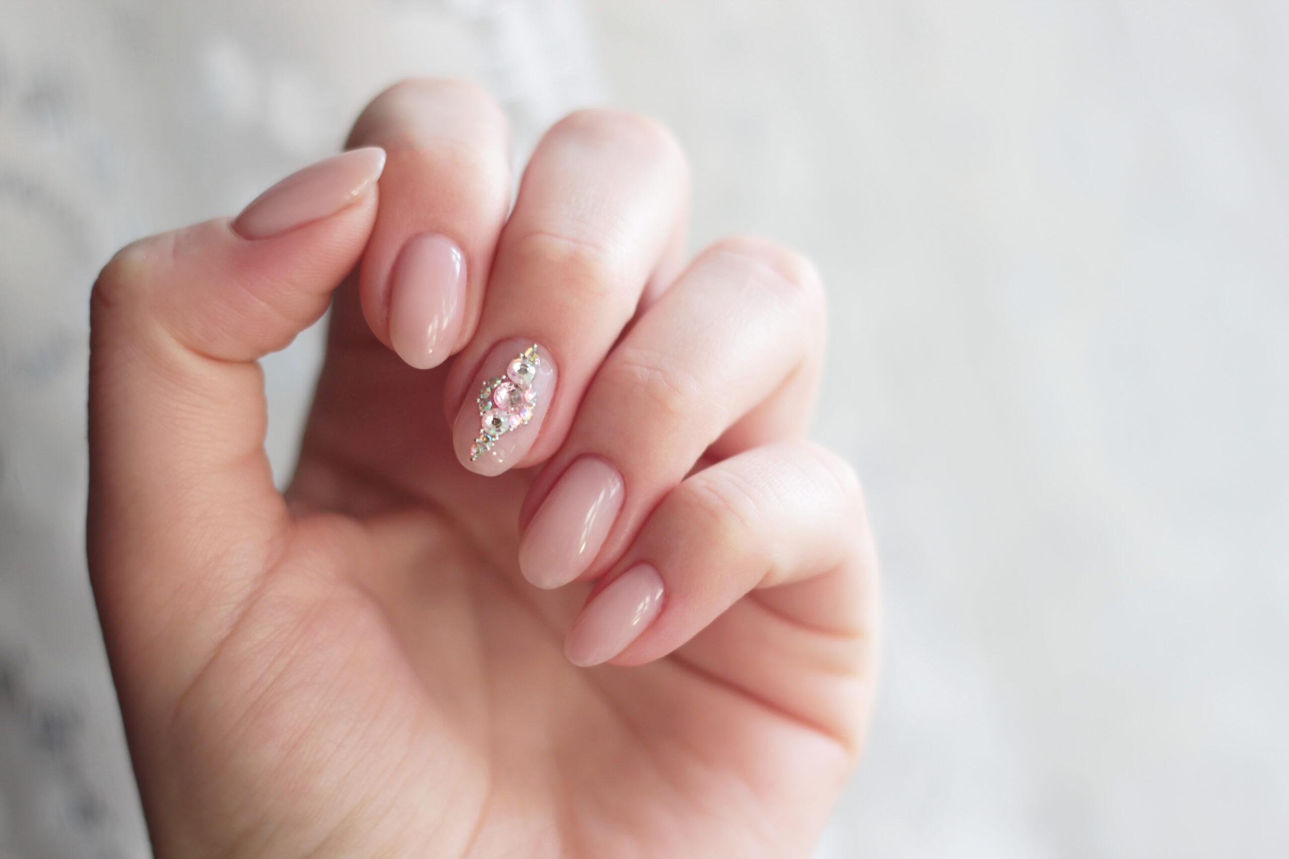 paznokcie ślubne nude z cyrkoniami