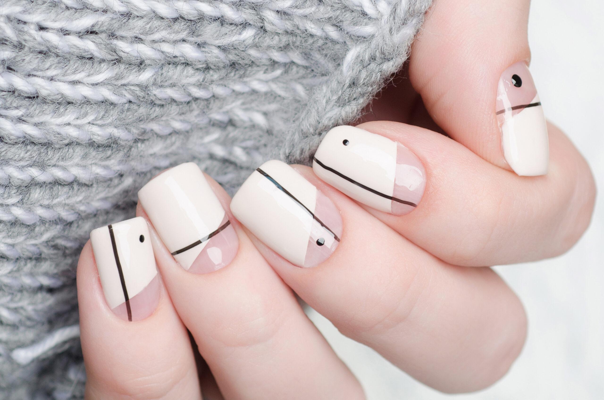 ślubne paznokcie nude z czarnym wzorem