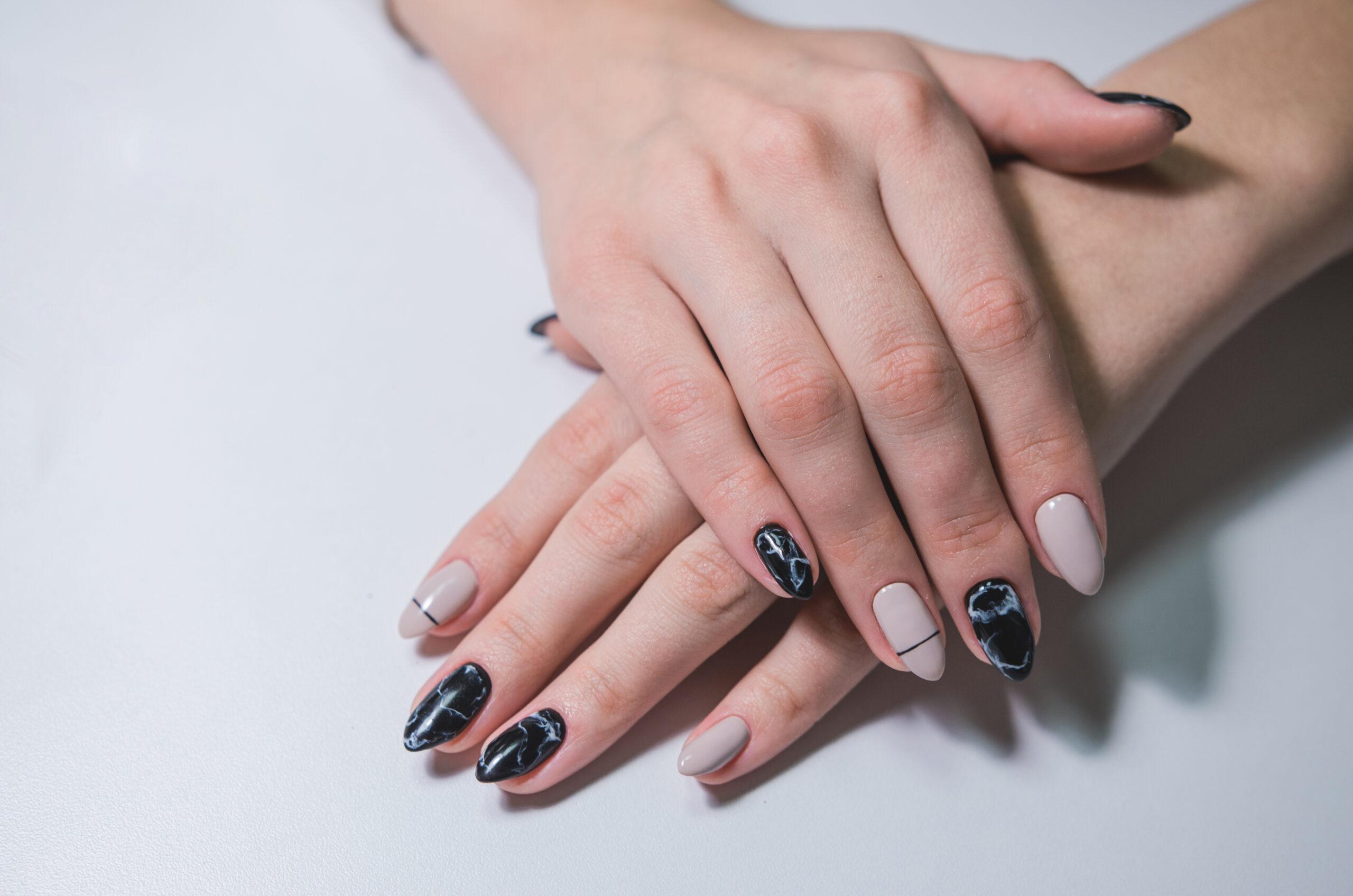 beżowe paznokcie na ślub z efektem marmuru