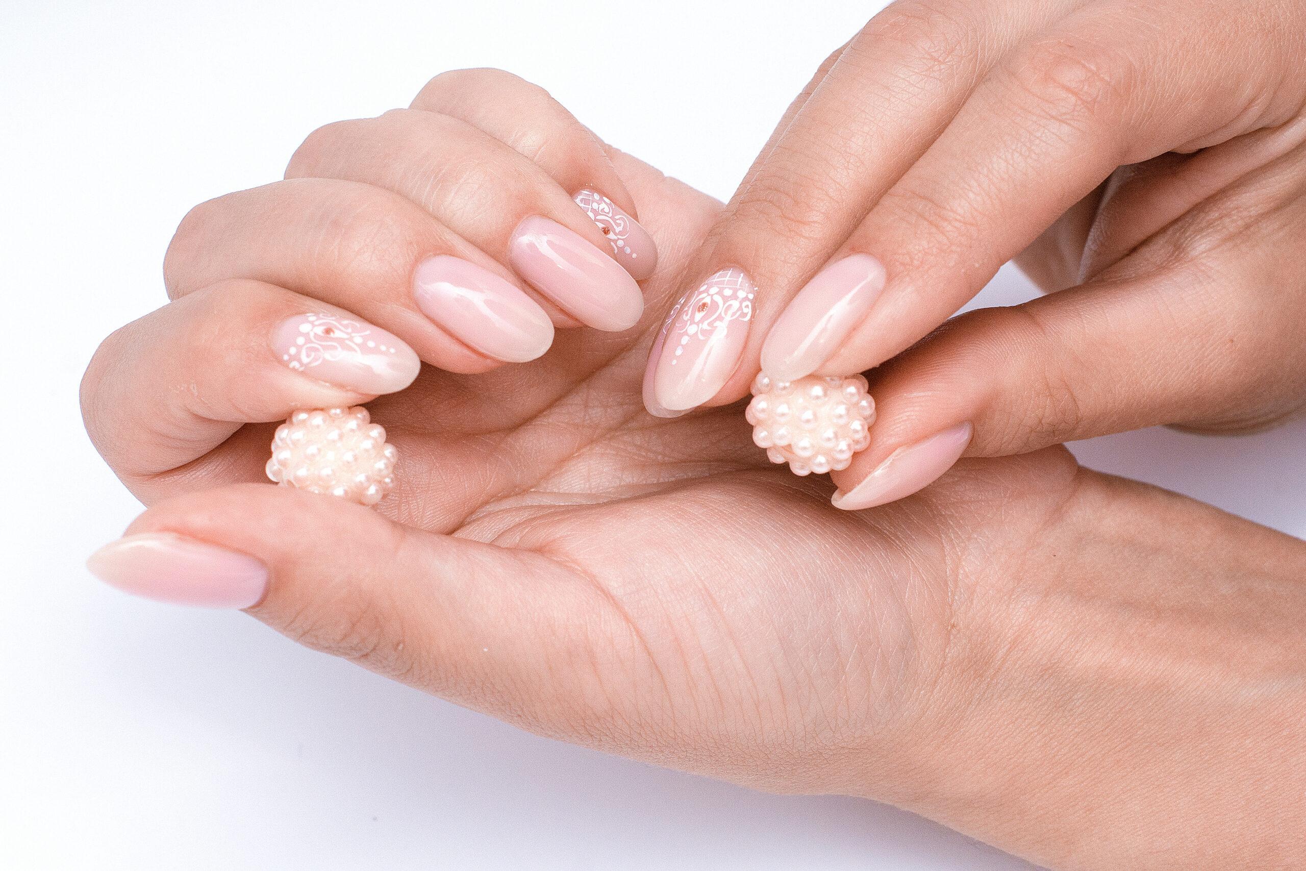 paznokcie ślubne nude z perłami