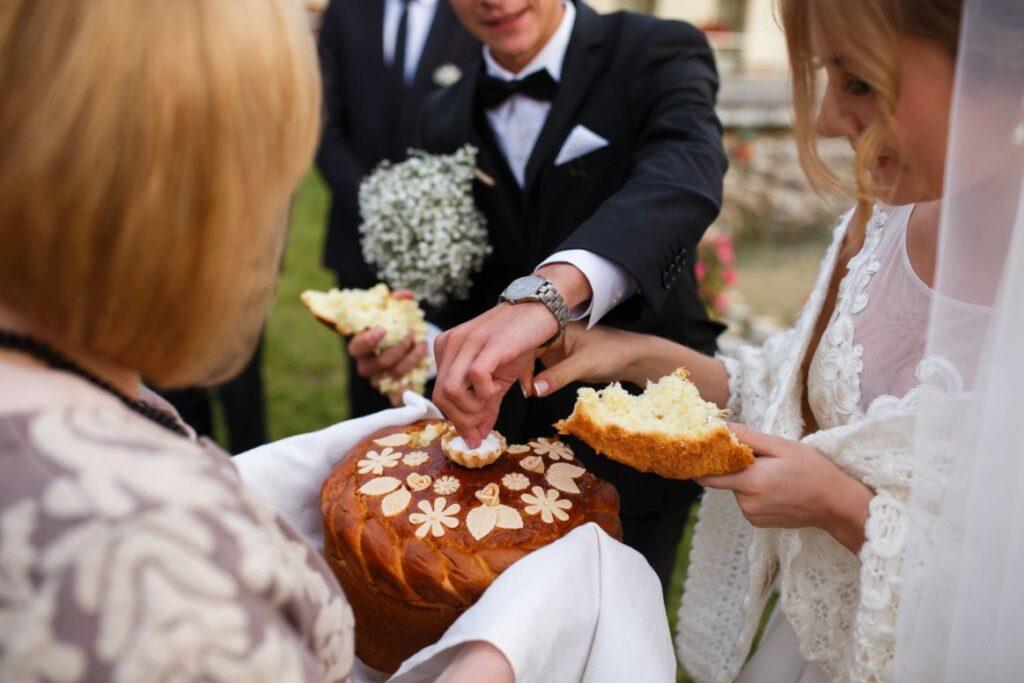 Regionalne tradycje weselne powitanie chlebem i solą