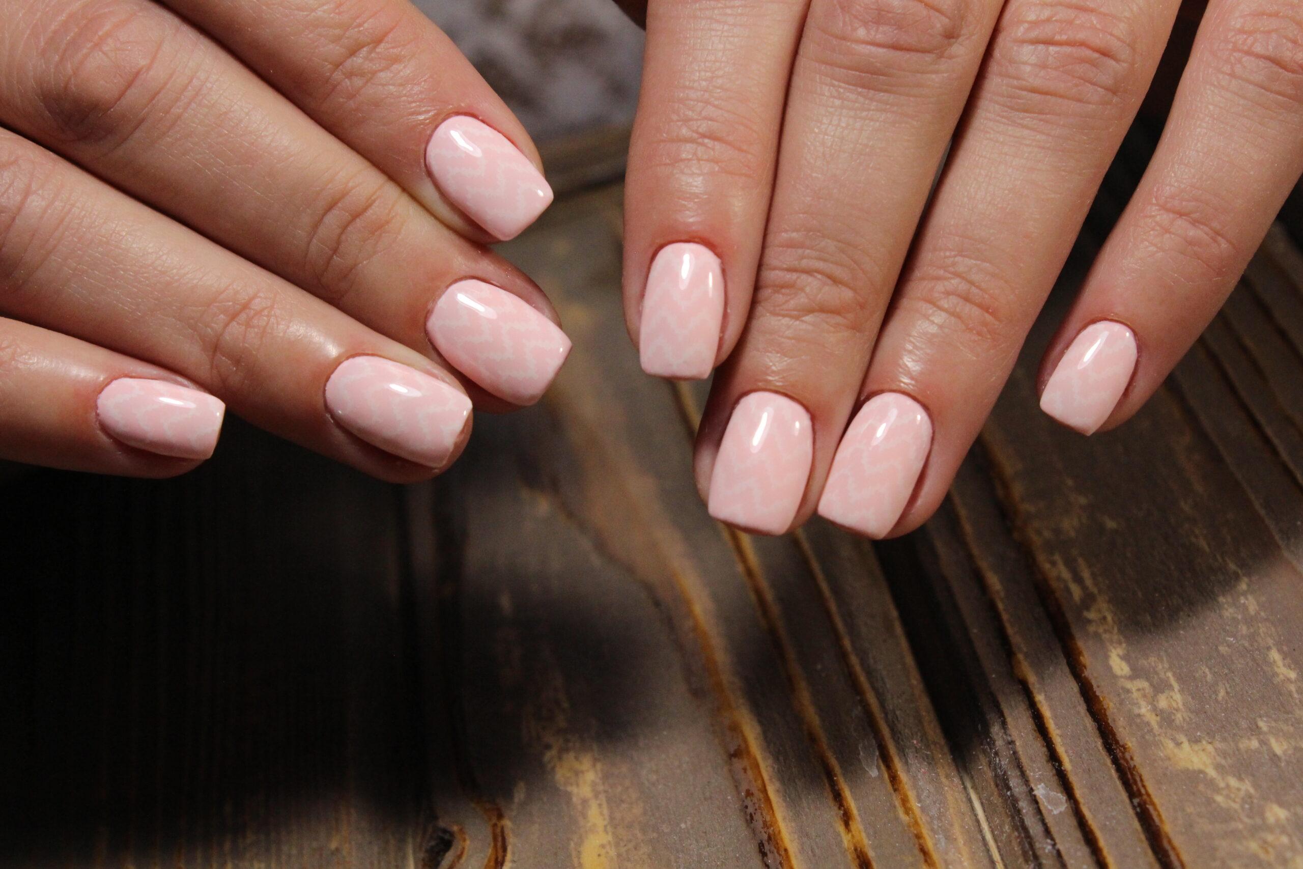 różowe kwadratowe paznokcie ślubne